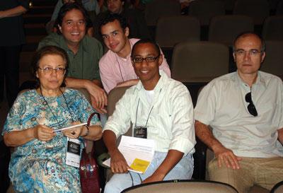 Anamaria, Robson, Rodrigo e o prof. Sydney Freitas